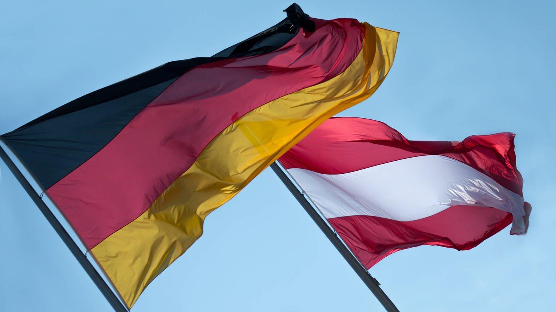 Flaggen von Deutschland und Österreich (Foto: picture-alliance / Reportdienste, Picture Alliance)