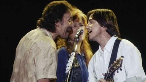 Bonnie Raitt stand schon mit vielen großen Künstlern auf der Bühne, hier mit Bruce Springsteen und Jackson Browne in Los Angeles 1990 (Foto: picture-alliance / dpa, picture-alliance / dpa - Sam Jones)
