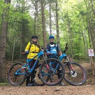 Janet Pollok und Begleitung auf mit dem Mountainbike im Schwarzwald (Foto: SWR, SWR - Jasmina Belardo)