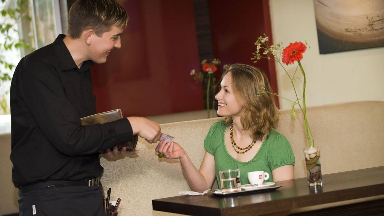 Kellner kassiert im Kaffeehaus (Foto: Imago, imago/blickwinkel)