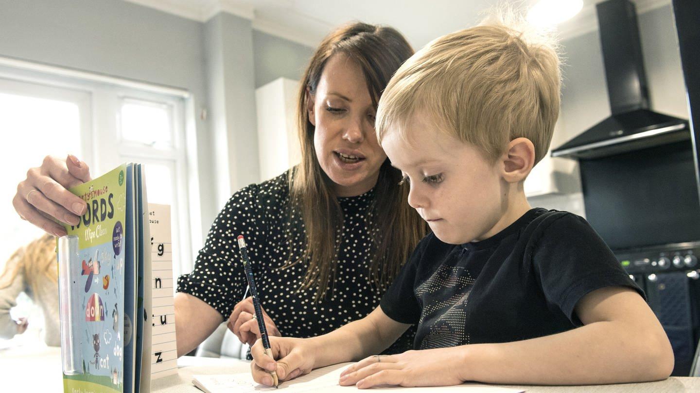 Mutter unterrichtet ihr Kind zuhause am Küchentisch (Foto: dpa Bildfunk, Ian West)