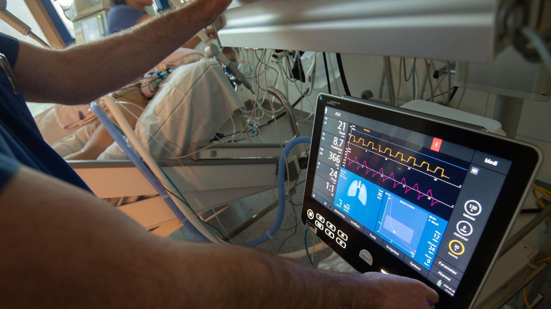 Ein Arzt bedient eine Beatmungsmaschine auf einer Intensivstation. (Foto: picture-alliance / Reportdienste, Marijan Murat)