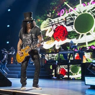 Guitarist Slash of the rock band Guns N' Roses performs live onstage during a concert. (Foto: picture-alliance / Reportdienste, Picture Alliance)