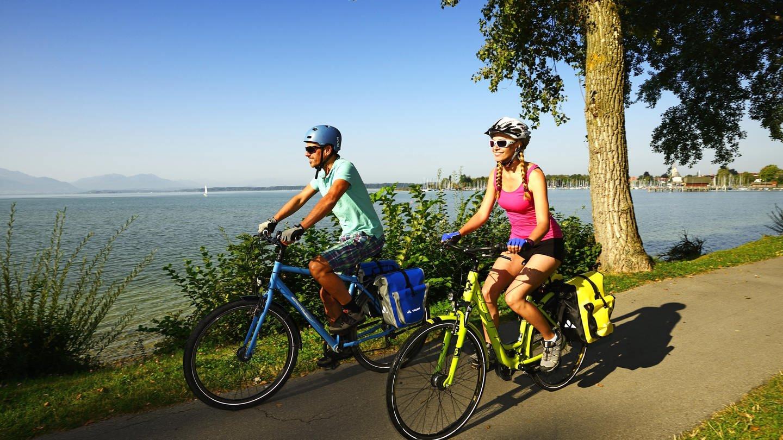 Radfahrer auf dem Chiemsee-Radweg bei Seebruck (Foto: picture-alliance / Reportdienste, Picture Alliance)
