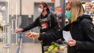 Mann und Frau mit Alltagsmaske im Supermarkt beim Einkaufen (Foto: picture-alliance / Reportdienste, Robert Michaeldpa-Zentralbilddpa)