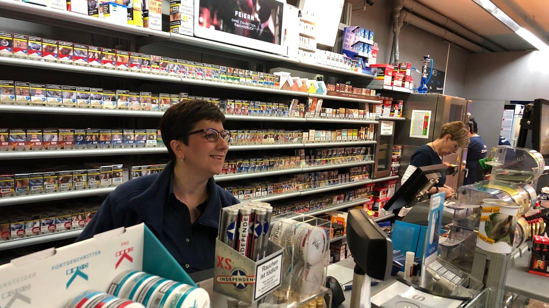 Maria de Cruz arbeitet an der Tankstelle in Bruchsal (Foto: SWR)