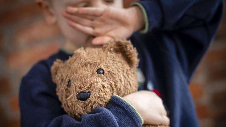 Kind mit Teddybär im Arm (Foto: Imago, photothek)