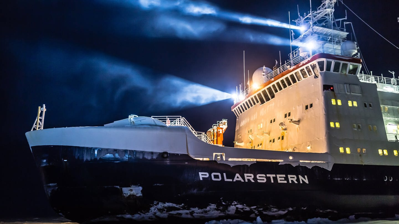 Das Forschungsschiff Polarstern bei Nacht (Foto: MOSAiC)