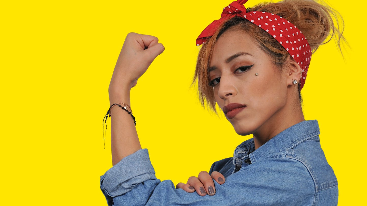 Beautiful woman dressed as the iconic Rosie the Riveter (Foto: Getty Images, IMAGO / agefotostock)