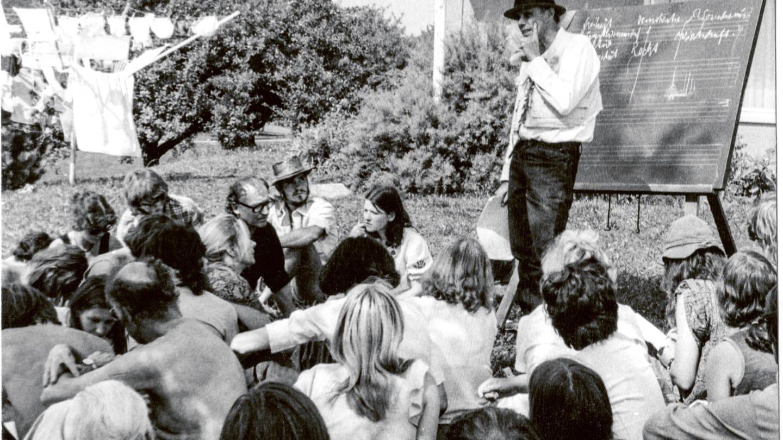 Joseph-Beuys auf der Sommertagung 1973 im Garten des Humboldt Hauses Achberg Seminar Kunst im Wirtschaftsbereich Achberger