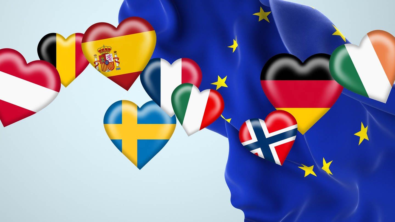 Europaflagge mit verschiedenen Fahnen europäischer Länder