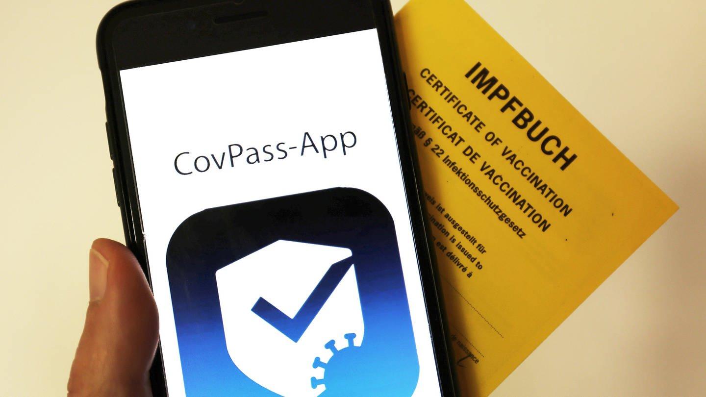 Das Logo der CovPass-App auf einem Smartphone