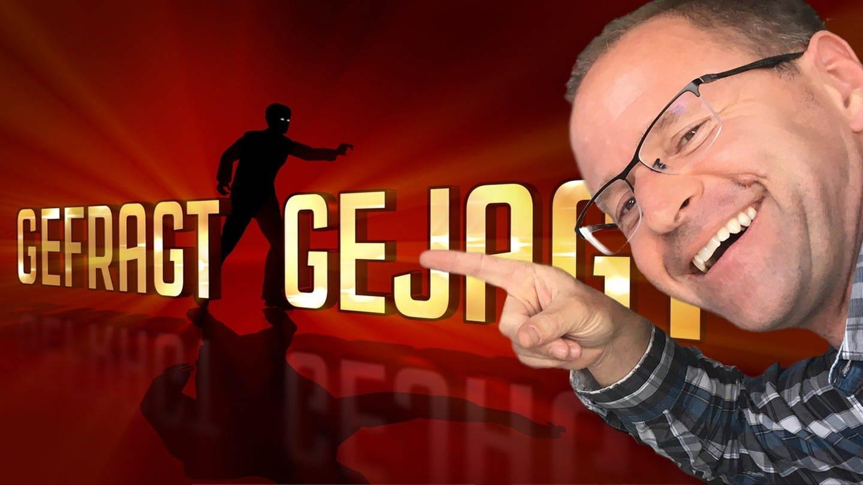 SWR1 Moderator Patrick Neelmeier zeigt auf der Logo der ARD-Quizshow
