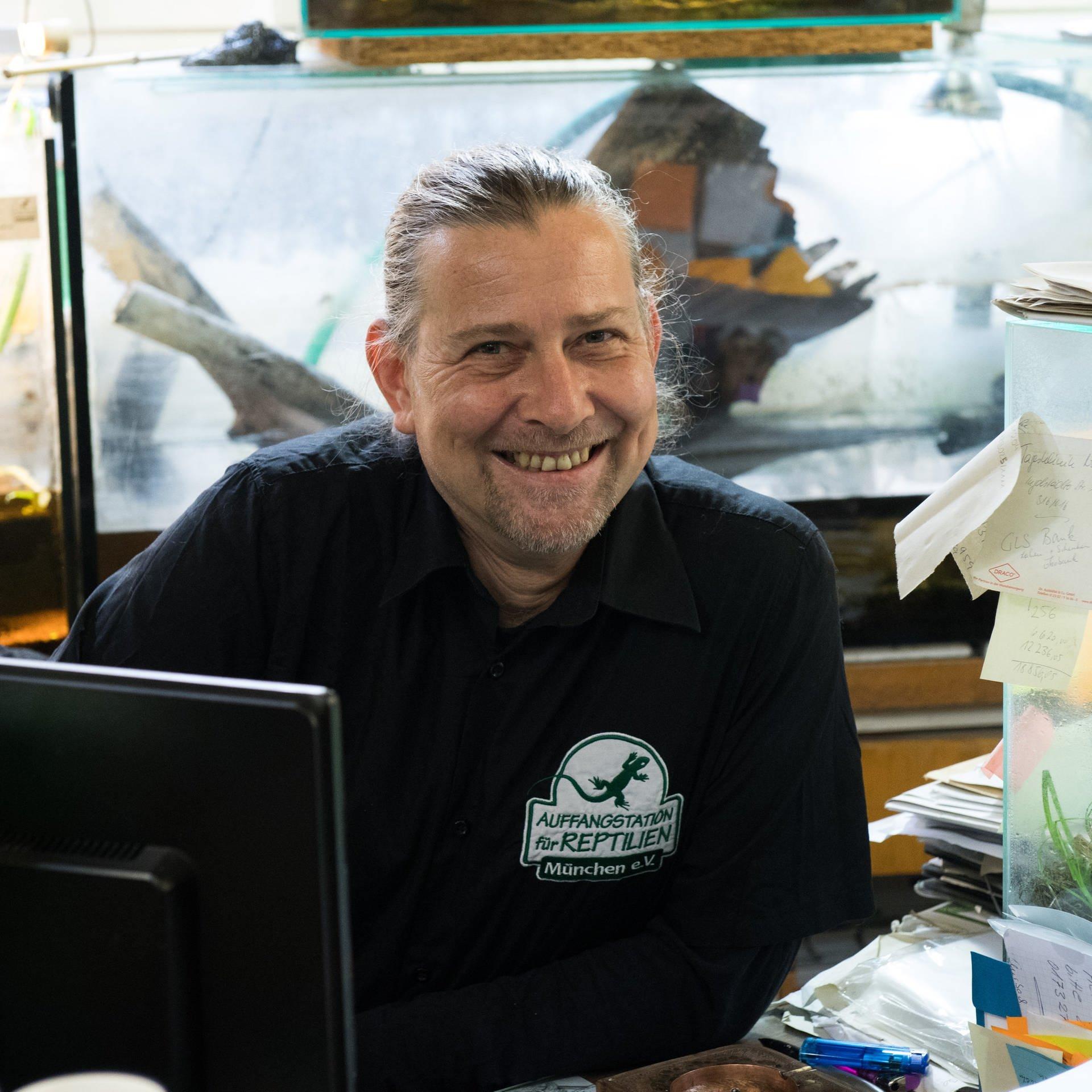 Markus Baur   Tierarzt und Schlangen/Krokodilexperte   Leitet die Auffangstation für Reptilien in München