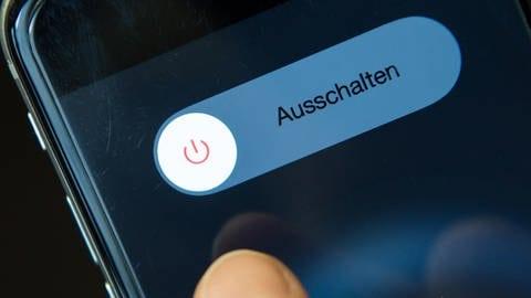 Ein Smartphone wird ausgeschaltet (Foto: dpa Bildfunk, picture alliance/picture alliance / Sven Hoppe/dpa)