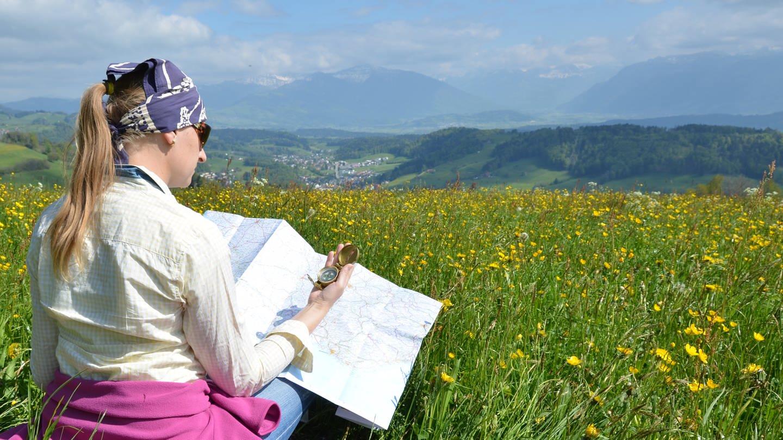 Wandern mit Karte und Kompass (Foto: Colourbox)