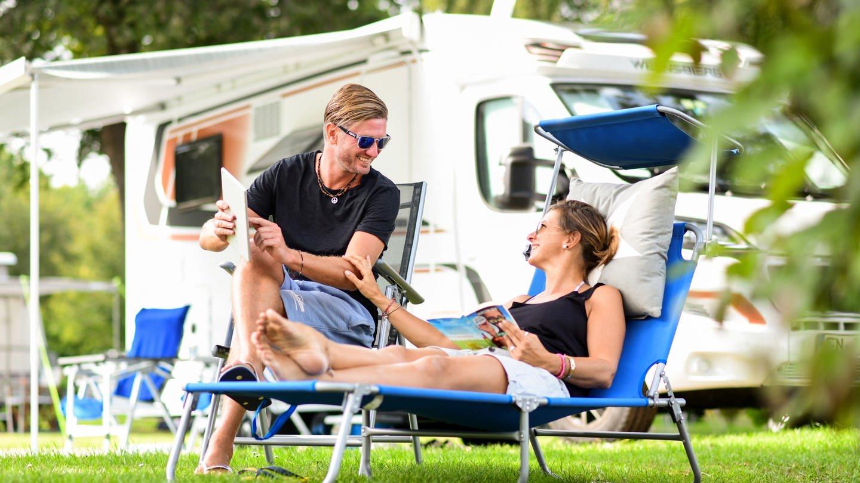 Paar auf Campingplatz (Foto: dpa Bildfunk, dpa-tmn)