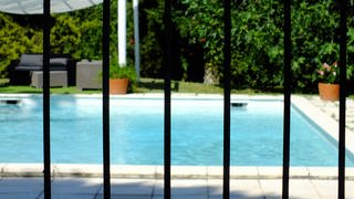 Badeunfälle im ungesicherten Pool (Foto: picture-alliance / Reportdienste, BSIP)