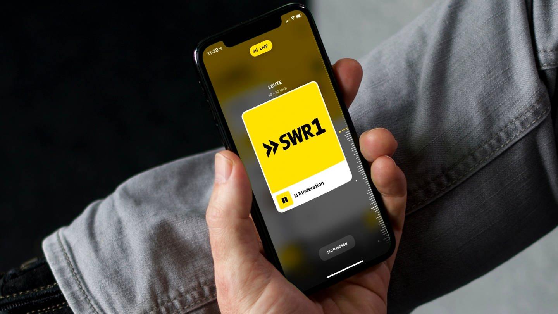 Mann nutzt SWR1 App auf seinem Smartphone (Foto: SWR)