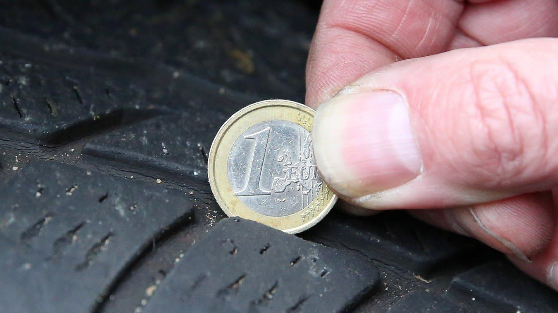 Profiltiefe mit einer Euromünze messen (Foto: picture-alliance / Reportdienste, Bodo Marks)