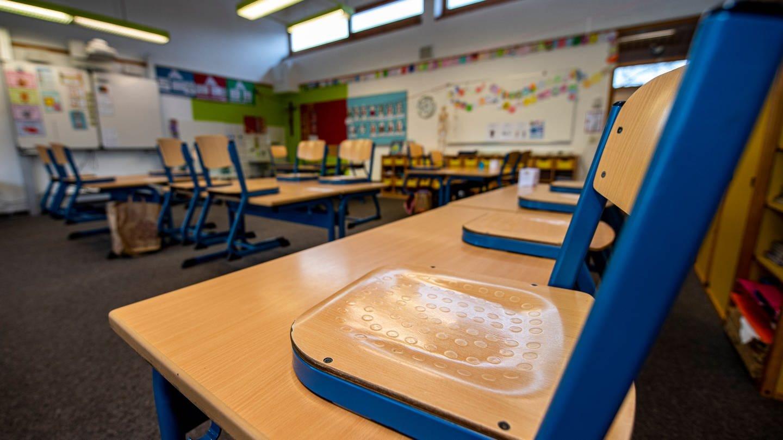Die Stuhle bleiben auf den Tischen: Die Schulen müssen weiter geschlossen bleiben. (Foto: picture-alliance / Reportdienste, Picture Alliance)