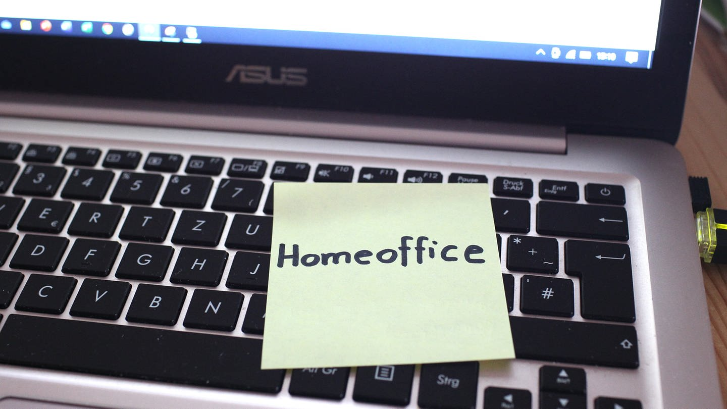 LabTop mit Home-Office Sticker (Foto: picture-alliance / Reportdienste, Fleig / Eibner-Pressefoto)