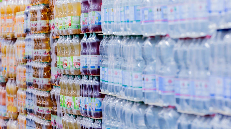 Einweg-Plastikflaschen stehen im