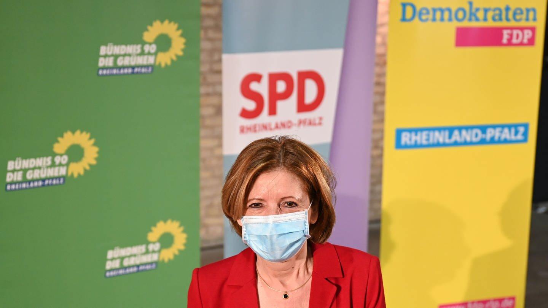 Malu Dreyer (SPD), Ministerpraesidentin des Landes Rheinland-Pfalz, steht nach einem Pressetermin vor den Roll up Bannern der Parteien Buendnis 90/Die Grünen, SPD und FDP. (Foto: picture-alliance / Reportdienste, picture alliance/dpa | Arne Dedert)