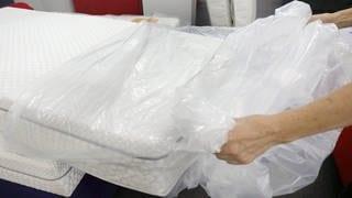 Eine Matratze wird ausgepackt (Foto: dpa Bildfunk, Picture Alliance)