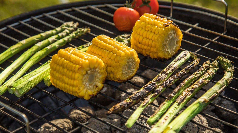 Vegetarisches Grillgut auf dem Grill.