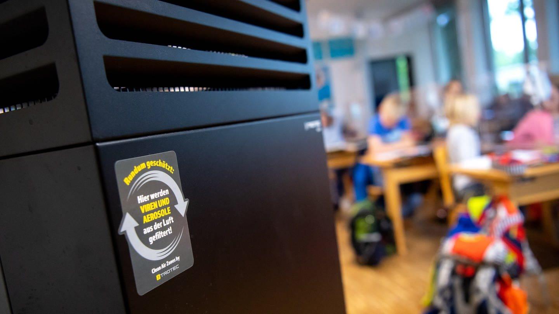 Ein Luftfilter steht in einem Klassenraum in der Schule