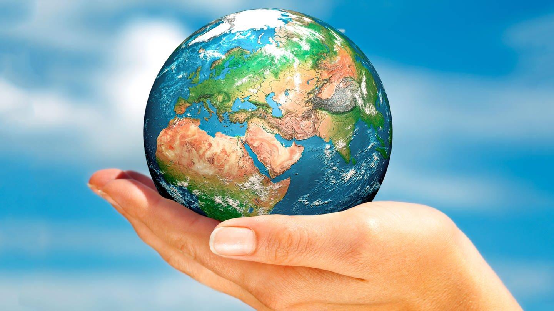 Eine Weltkugel auf einer Hand (Foto: Colourbox, Montage: SWR)