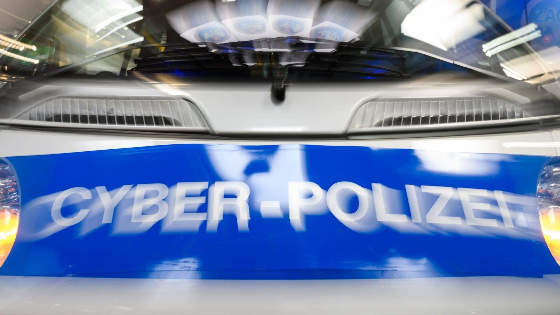 Schriftzug Cyber-Polizei auf einem Polizeiwagen