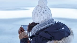 Smartphone im Winter (Foto: picture-alliance / Reportdienste, Arco Images)