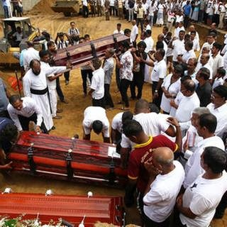 Trauer in Sri Lanka (Foto: SWR, dpa/picture-alliance - Chamila Karunarathne)