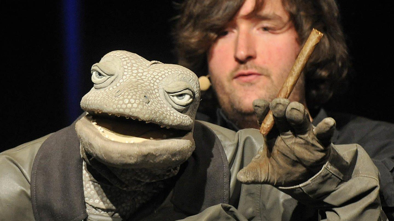 Der Puppenspieler Michael Hatzius mit seiner Puppe