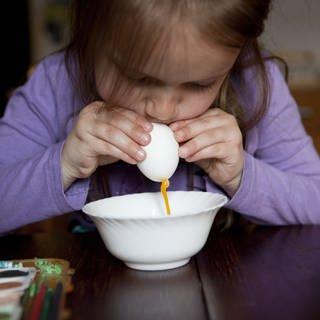 Ostereier auspusten, aber richtig: Salmonellengefahr bei rohen Eiern (Foto: picture-alliance / Reportdienste, Foto: Silvia Marks)
