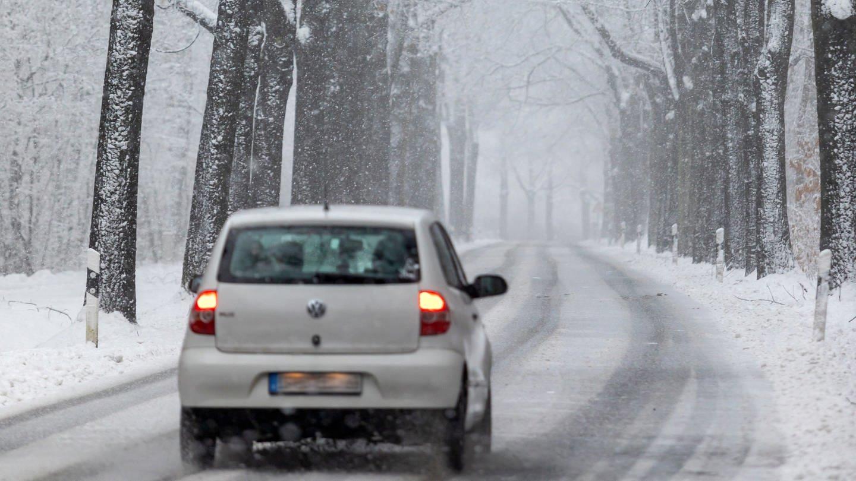 Wagen auf verschneiter Straße (Foto: picture-alliance / Reportdienste, Andreas Franke)