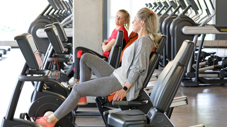 Zwei Frauen trainieren nach der Corona-Krise wieder im Fitnessstudio