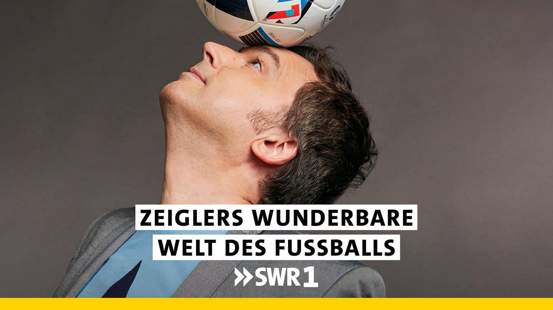 Sportmoderator Arnd Zeigler jongliert einen Fußball auf der Nase (Foto: ard-foto s1, Bild: WDR/Thomas Leidig (S1))