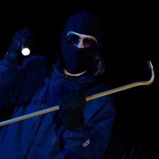 So machen Sie es Einbrechern richtig leicht. Das gestellte Foto zeigt eine Person mit Sturmmaske mit Brecheisen  (Foto: picture-alliance / Reportdienste, picture alliance/Bildagentur-online)