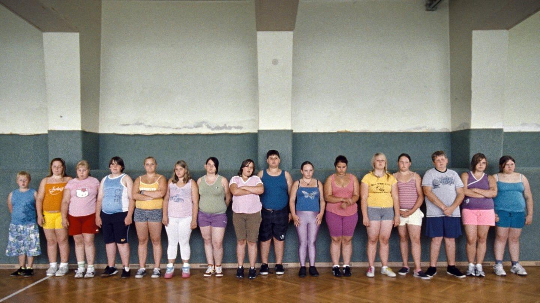 Jugendlichen kämpfen im Diätcamp gemeinsam gegen ihr Übergewicht