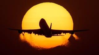 Fluggesellschaften und die EU-Kommission will den Treibstoff verteuern (Foto: dpa Bildfunk, Picture Alliance)