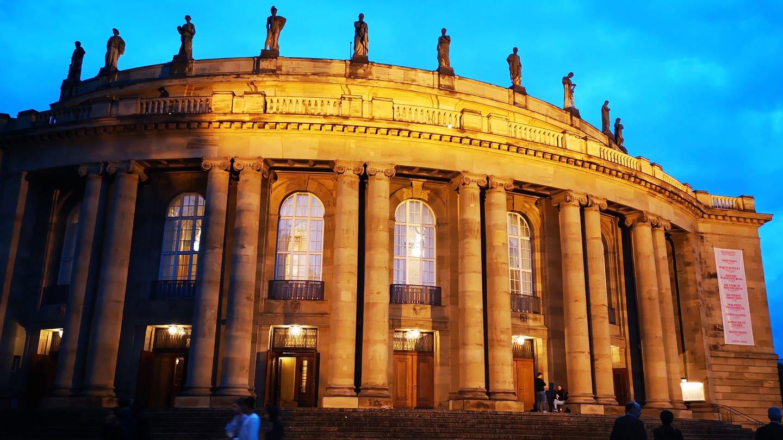 Staatsoper Stuttgart in der Abenddämmerung