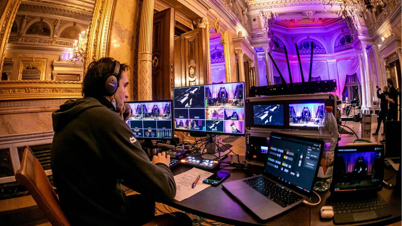 Mischpult während eines Livestreams (Foto: Imago, imago images/Andreas Weihs)