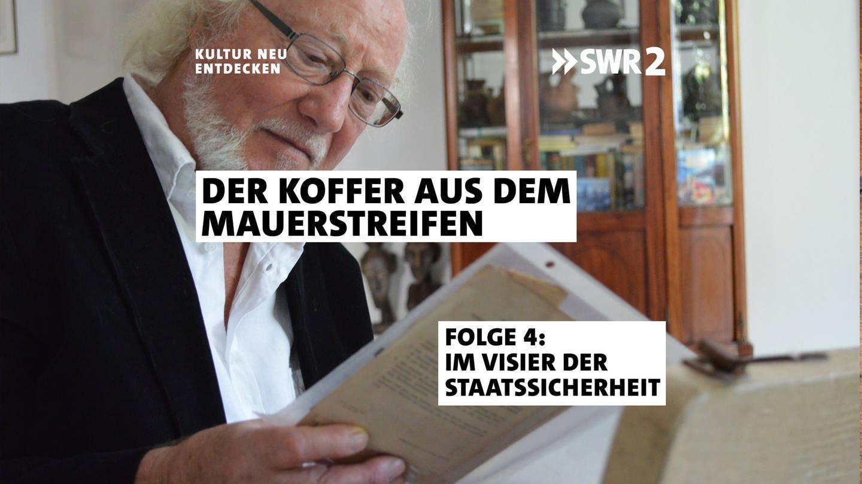 Der Zeitzeuge Udo Bartsch mit einem Interzonen-Reisepass (Foto: SWR, Frédérique Veith / Marianne Wendt)