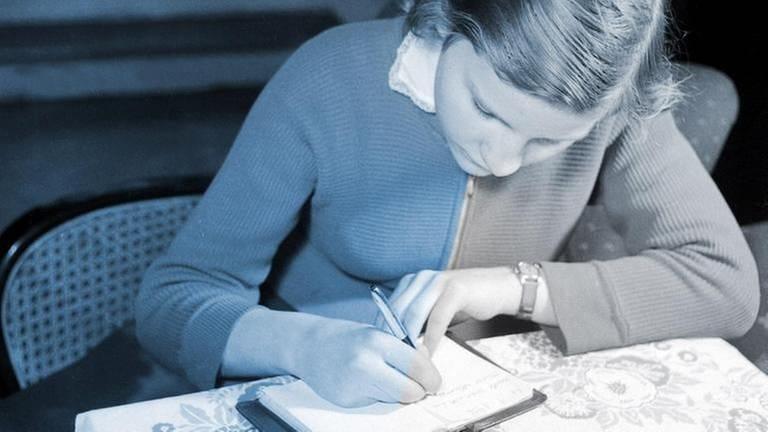 Mädchen, 1955, schreibt in Notizbuch (Foto: picture-alliance / Reportdienste, picture alliance / United Archiv - Siegfried Pilz)