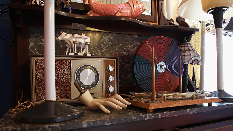 Ein altes Radio in einem Antiquitäten-Geschäft (Foto: Imago, imago images / ingimage)