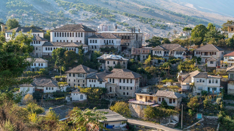 die typischen alten Steingebäude in Gjirokastra, Albanien (Foto: Imago, Peter Schickert)