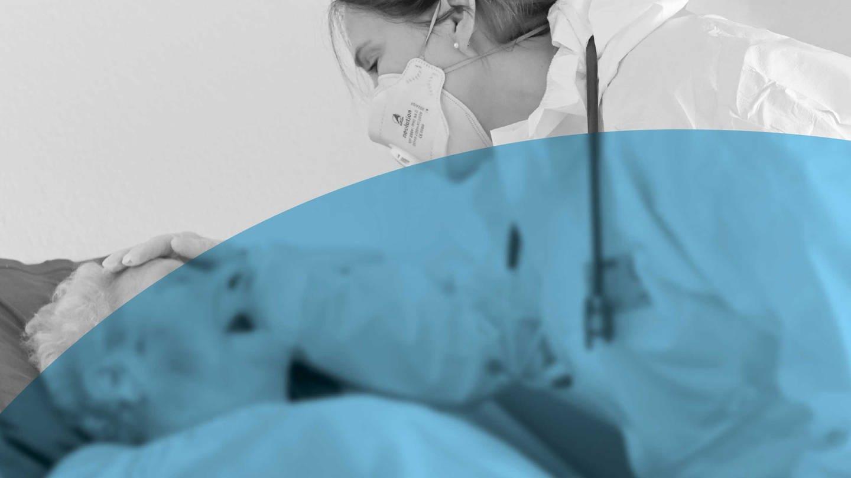 Eine Ärztin mit Mundschutz, hier eine FFP Maske, versorgt eine bettlägerige Bewohnerin. (Foto: Pressestelle, WDR / Jan Knoff)